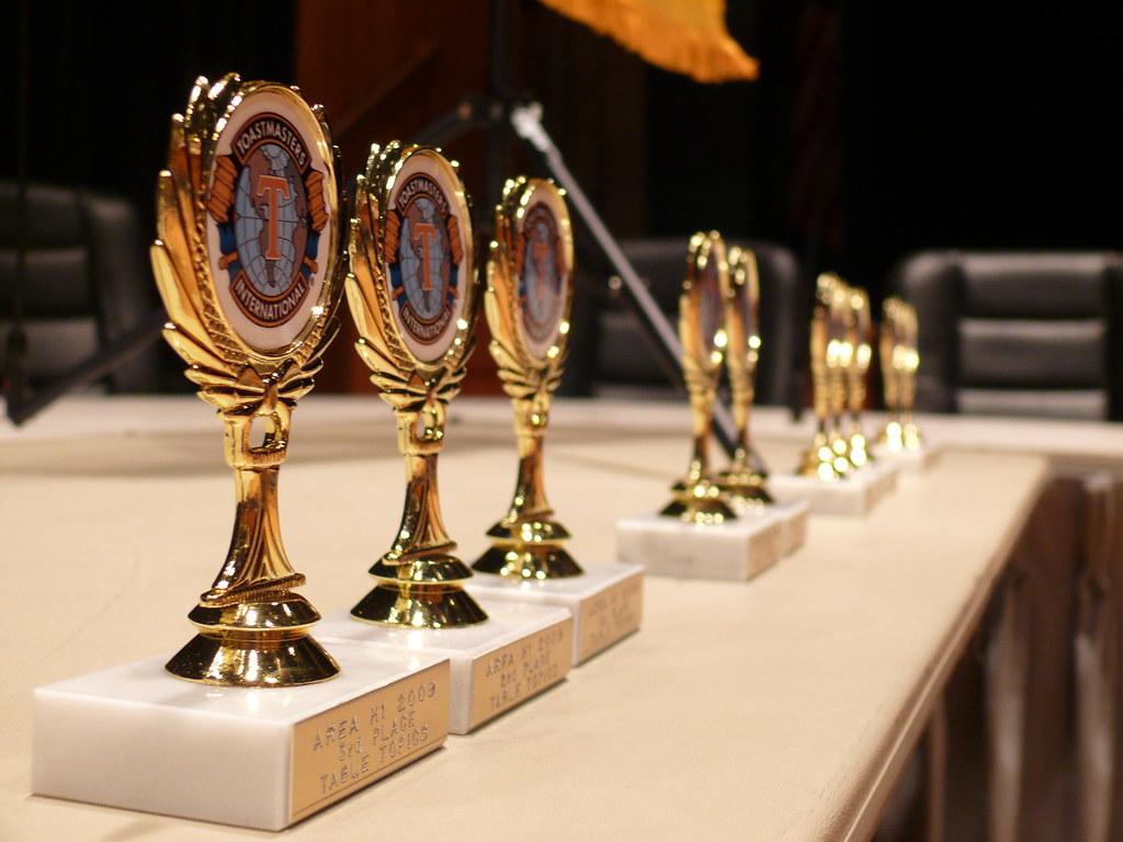 Foto de trofeos de un concurso de Toastmasters